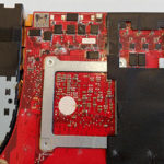 Notebook Flüssigkeitsschaden: Auf der Oberseite des Mainboards lassen sich etliche beschädigte Bereiche erkennen.