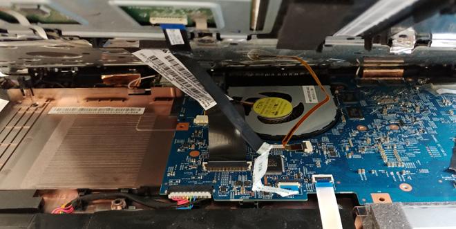 Das Top Case bei einem Acer Aspire VN-571G wird angehoben. Spätestens in dieser Stellung sollten nun die Kabelverbindungen vorsichtig gelöst werden.