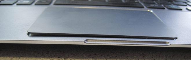 Der aufgeblähte Akku sitzt beim Samsung NP 900 X3A unter dem Touchpad und drückt dieses dann nach oben.