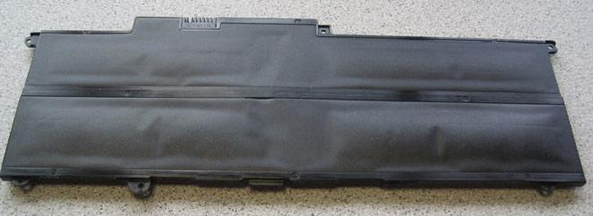 Ein weiteres, extremes Beispiel eines aufgeblähten Notebook-Akkus. Hier dürfte ganz akute Brand- oder sogar Explosionsgefahr bestehen haben. Gut dass diese Gefahr noch rechtzeitig erkannt wurde.