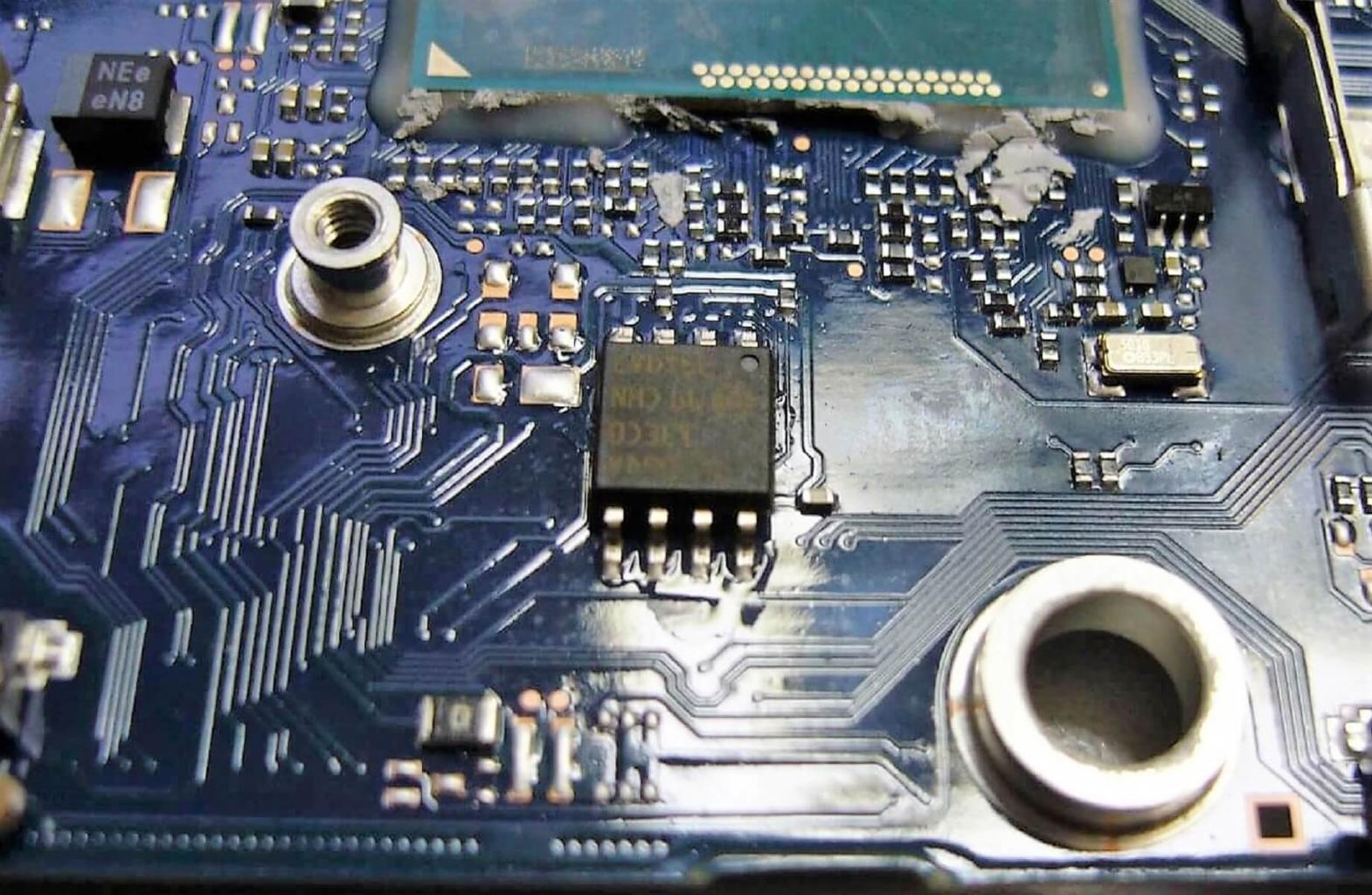Ein BIOS Chip, allerdings keiner aus dem Dell Insipron das zu reparieren war, von diesem haben wir leider kein Bild