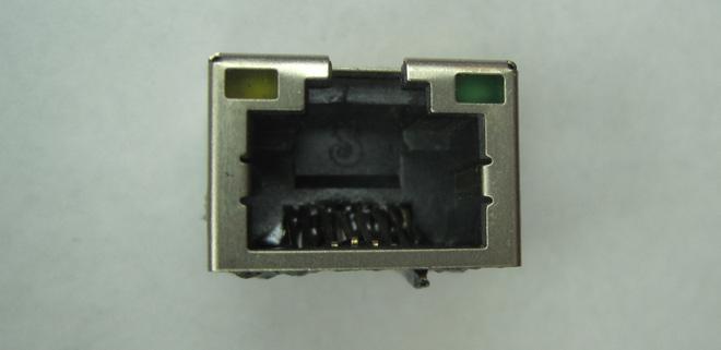 Eine der defekten LAN-Buchsen. Man erkennt deutlich die zerstörten Kontakte. Da diese aus Federbronze sind lässt sich hier auch nichts mehr richten, eine neue Buchse ist notwendig.