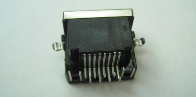 Eine der per Lötmaschine behutsam und sauber ausgelöteten LAN-Buchsen die als Ersatzteil verwendet wurden.