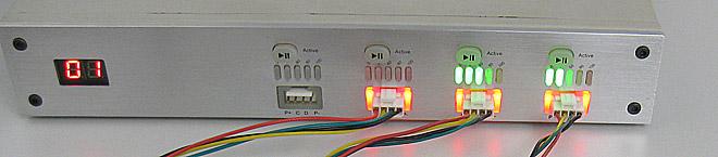 Rote Leuchte um Stecker= Akku lädt. Die grünen Balken zeigen den Ladestand des jeweiligen Akkus. Wenn der Akku zu 100% aufgeladen ist erlischt die zugehörige rote Lampe.