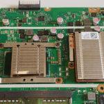 Notebook-Kühlung defekt: Der Prozessor-Kühler (links) und der Kühler des Grafikchipsatzes (rechts) sind eingebaut.