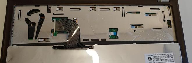 Die Notebook-Tastatur Variante A: Die Tastatur ist von oben in das Notebook-Gehäuse eingelegt. Tastatur entriegelt und umgeklappt.