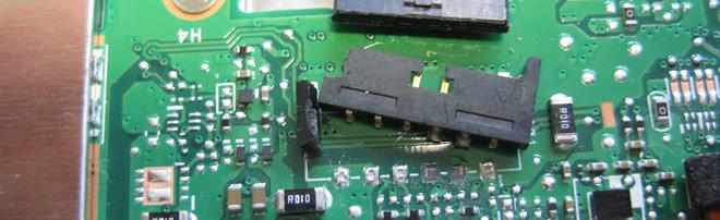 Steckverbinder in Notebooks sollten stets vorsichtig entriegelt werden. Mit mechanischer Gewalt kommt so etwas wie hier Zustande. Der Steckverbinder ist abgerissen und muss ersetzt werden.
