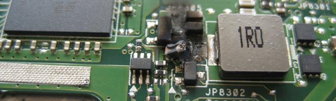 Kurzschluss-Schaden auf dem Mainboard im Bereich der Displayansteuerung.