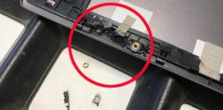 Im Displaydeckel des ASUS UX 303L Notebooks ist der Kunststoff, der die Gewinde der Scharnieraufnahme umgibt, an mehreren Stellen gebrochen.