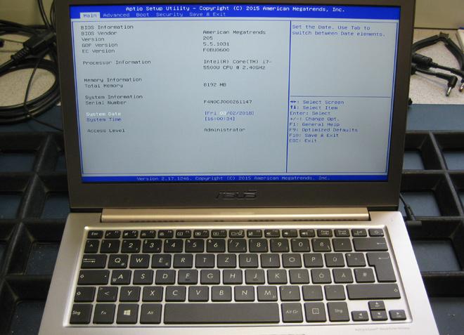 Der Displaydeckel des ASUS UX 303L ist ersetzt. Das Notebook funktioniert wieder einwandfrei.