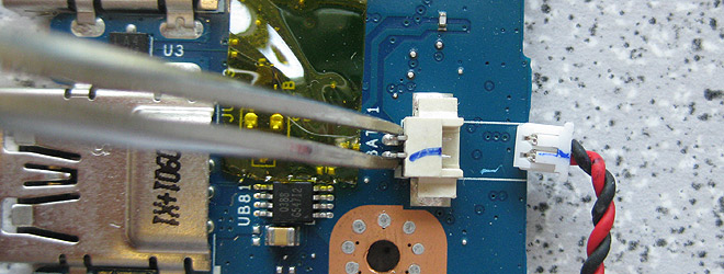 Notebook-Hardware-Reset - Die BIOS-Batterie ist abgesteckt und die Kontakte am Steckverbinder werden für ein paar Sekunden kurzgeschlossen.