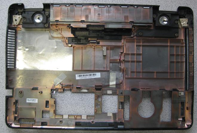Lautsprecherdefekt am Notebook Das Bottom-Case des ASUS. Oben links und rechts: die integrierten Lautsprechereinheiten.