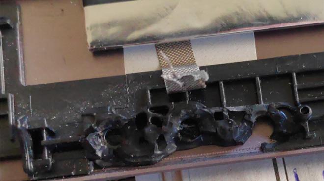 Defekter Displaydeckel Asus UX 303: gerissene Scharnieraufnahme