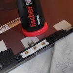 Das Ersatzteil wird mit einem UV-Kleber mit dem Displaydeckel verklebt