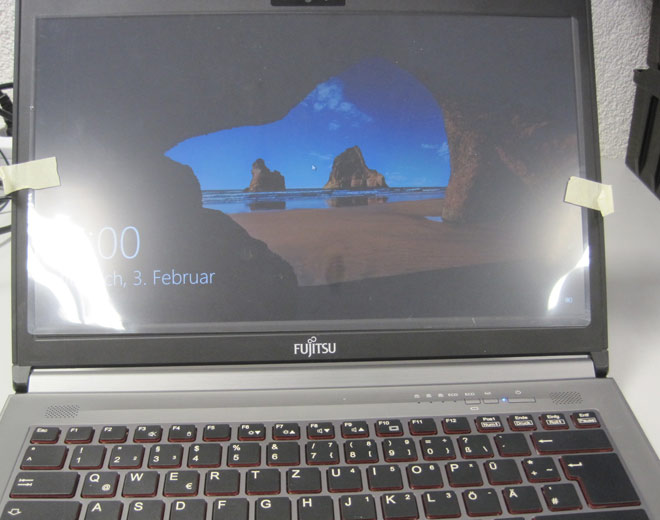 Nach der Reparatur des Kurzschlusses auf dem Mainboard und dem Austauschen des gerissenen Displays gegen das richtige Ersatz-Display funktioniert das Fujitsu Lifebook E744 wieder korrekt. Hier zu sehen: Die erste Inbetriebnahme nach der abgeschlossenen Reparatur.