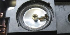 Ein Lautsprecher des ASUS mit darin befindlichen Schrauben-Fremdkörpern.