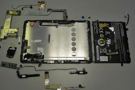Kleiner Schaden, großer Aufwand. Das Tablet PC musste für die Reparatur komplett zerlegt werden.