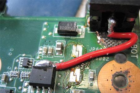 Reparatur geglückt. Eine neue Strombuchse und die potentialgleiche Überbrückung der Durchkontaktierungsstelle am Mainboard beheben den Fehler.