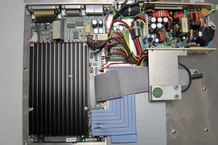 Der Industrie-PC bestand aus durchweg teuren und edlen Bauteilen, vermutlich handelte es sich um einen in einen Messaufbau integriertes System mit Analog und Digitalanschluss.
