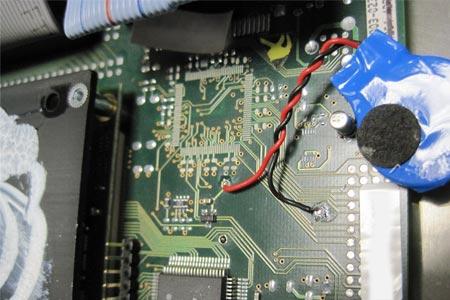 Pragmatische Lösung unserer Fachwerkstatt: Die CMOS Batterie wurde per Kabel direkt mit dem Mainboard verbunden. Das Bild zeigt das System bevor der darüber liegende Kühlkörper wieder montiert wurde.