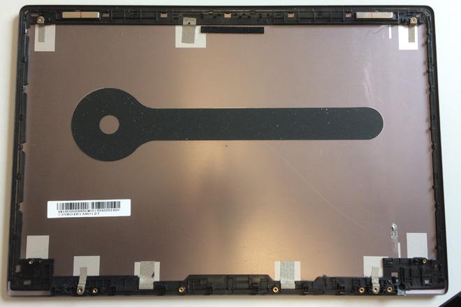 Selbst wenn das Notebook äußerlich ein Metall-Cover besitz, kann sich dahinter ein aufgeklebter Plastik- bzw. Kunststoffrahmen befinden