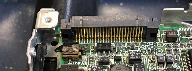 Die Platine des Laufwerkes: Oben ist die rückwärtige Ansicht der Steckverbinder-Einheit zu sehen.