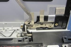 Die neue Displayr�ckwand ist angebracht und ordentlich mit dem Scharnier verbunden. Danach wird die Displayeinheit St�ck f�r St�ck weiter aufgebaut.