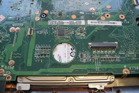 Das Mainboard des ASUS mit dem wieder aufgelöteten Steckverbinder. Unten zu sehen: Eine der beiden Festplatten.