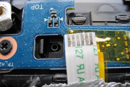 Ursache für die Störung des Mousepad war die Flüssigkeit auf den Kontakten am Folienkabel.
