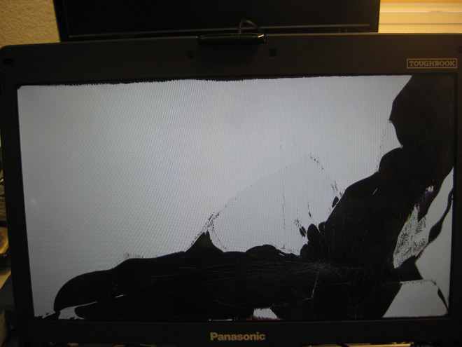 Das Display des Panasonic Toughbook CF-53 ist gerissen. Ein Fall für den Notebook-Doktor.