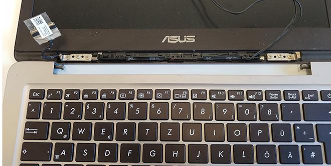 Kurios: Beide Notebook Displayscharniere am Asus UX310UA waren an der gleichen Stelle gebrochen. Hier das defekte Asus Notebook.