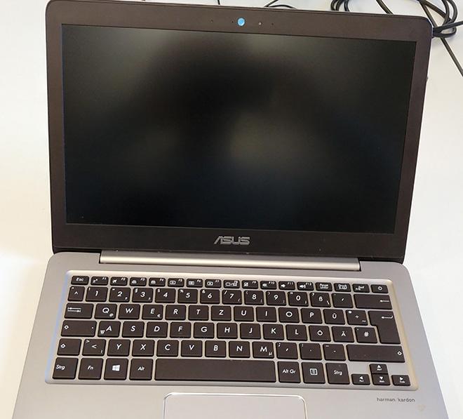 Notebook Displayscharnier gebrochen. Kurioser Fall am Asus UX310UA. Im Bild: Das reparierte Notebook.