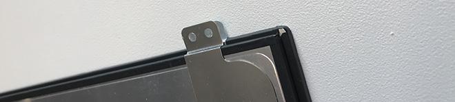 Ein Notebook Display mit Halterungen (Brackets) zur Befestigung