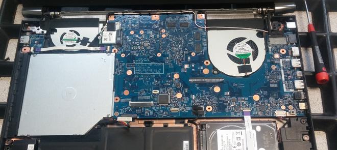 Notebook Festplatte defekt. Das geöffnete ACER Aspire Nitro VN7-792G. Um die zusätzliche SSD einzubauen muss das Mainboard ausgebaut werden.