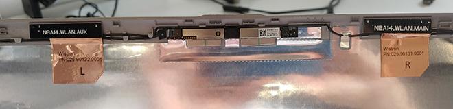 Montebook Mikrofon defekt: Nach dem Öffnen der Touch-Displayeinheit sieht man oben schön die Webcam/Mikrofonplatine. Rechts und links befinden sich die beiden Öffnungen der Dual-Mikrofone.