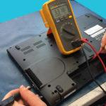 Bild Messung an den Akkuanschlüssen: Gemessen wird von den Anschlüssen gegen einen Massepunkt ( Gute Massepunkte sind die Metallgehäuse von USB- oder VGA Buchse ). Alle Kontakte durchmessen, bei mindestens 2 Stück müssen die genannten 3,3 Volt anliegen.