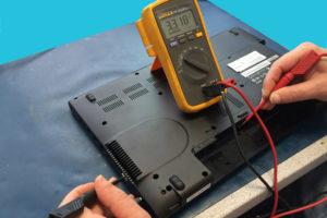 Bild Messung an den Akkuanschl�ssen: Gemessen wird von den Anschl�ssen gegen einen Massepunkt ( Gute Massepunkte sind die Metallgeh�use von USB- oder VGA Buchse ). Alle Kontakte durchmessen, bei mindestens 2 St�ck m�ssen die genannten 3,3 Volt anliegen.
