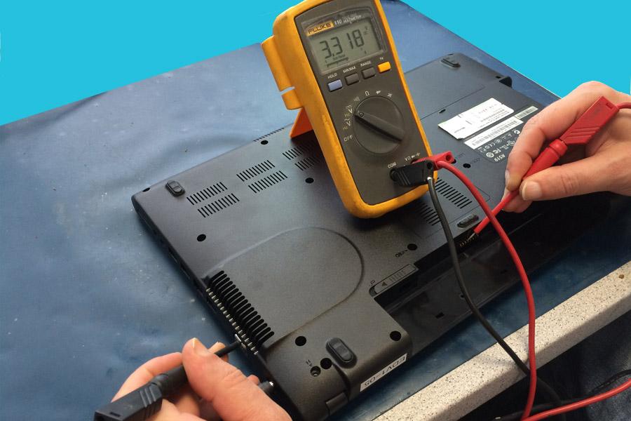 Kein Bild - Bild Messung an den Akkuanschlüssen: Gemessen wird von den Anschlüssen gegen einen Massepunkt ( Gute Massepunkte sind die Metallgehäuse von USB- oder VGA Buchse ). Alle Kontakte durchmessen, bei mindestens 2 Stück müssen die genannten 3,3 Volt anliegen.