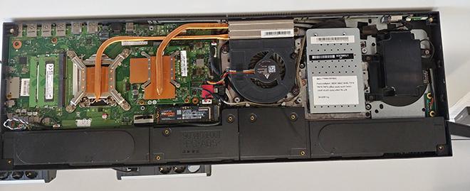 Notebook SSD Festplatte defekt: Der Standfuß des HP Envy 34-b051ng ist unten geöffnet und die Technik sichtbar. Hier ist die neue SSD Festplatte schon eingesetzt.