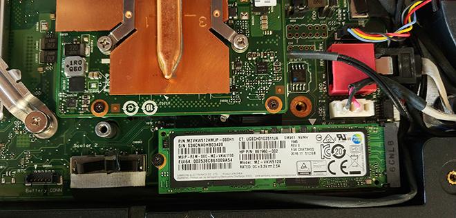 Hier im Bild: Die defekte Notebook SSD Festplatte vor dem Ausbaut