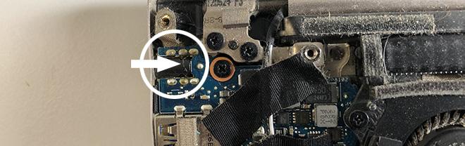 Notebook Strombuchse gebrochen: Schön zu sehen nach dem Öffnen des ASUS UX32V