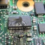 Das beschädigte IC im Panasonic CF 19. Man sieht deutlich die Zerstörung durch die Überspannung. Die Bezeichnung war nur noch in Teilen lesbar