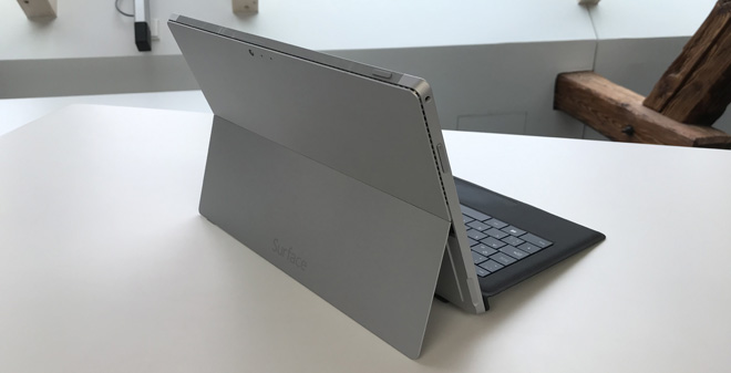 Das Microsoft Surface Laptop 2 aufgeklappt von der Rückseite betrachtet.