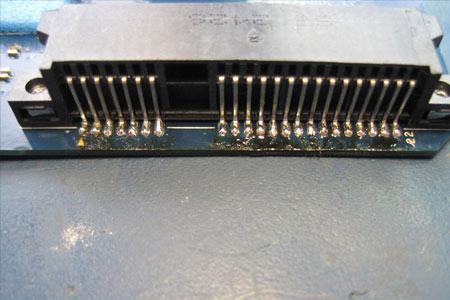 Der Ersatz-SATA-Connector ist wieder fest mit dem Mainboard verschraubt und verlötet. Jetzt kann das Gerät wieder zusammengebaut werden.