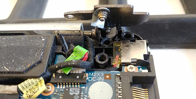 Oben am Scharnier noch gut sichtbar: Die Schrauben, die unten aus den Kunststoffaufnahmen herausgerissen sind.
