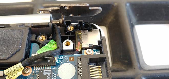 Alle Bauteile wurden wieder in das neue Top Case eingesetzt. Das Scharnier wartet darauf an den neuen Verschraubungen festgeschraubt zu werden.