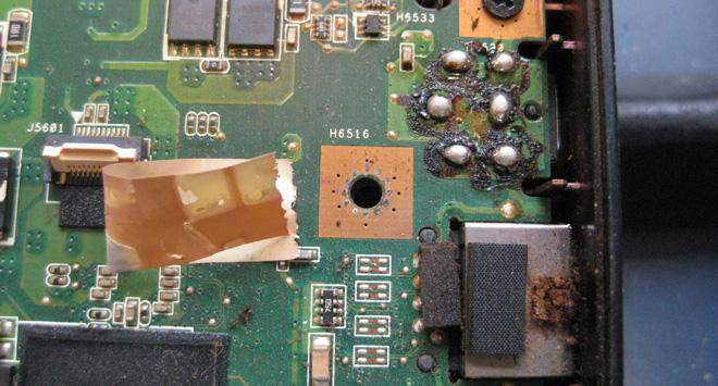 Grauenhaft: So kann ein Mainboard eines Notebooks nach einer laienhaft ausgeführten Lötarbeit aussehen. Da war nichts mehr zu machen. Das Mainboard war nicht mehr zu gebauchen.