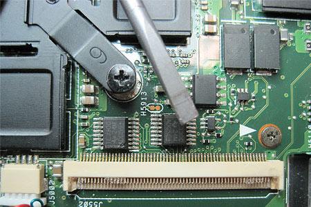 Der beschädigte Steckverbinder am Mainboard.
