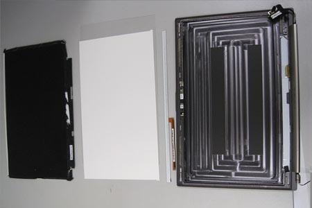 Schicht für Schicht wird die Display-Einheit demontiert und die Vorgehensweise genau dokumentiert.