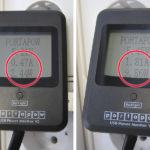 Per USB-Strommesser wurde der Ladestrom, der über die USB Buchse fließt, gemessen. Das Bild zeigt links den viel zu niedrigen Wert von um die 0,5 A (Smartphone-Ladekabel) und rechts den korrekten Wert von 1,81 A nachdem das Original Tablet-Ladekabel verwendet wurde.